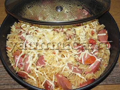 макароны с колбасой и сыром