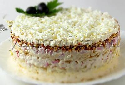 Слоеный салат с крабовыми палочками и ветчиной рецепт
