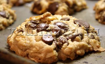Простое и вкусное домашнее печенье с кусочками шоколада  рецепт