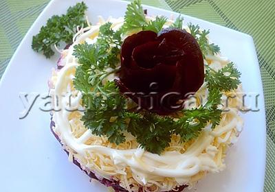 Простой и вкусный слоеный салат со свеклой и курицей рецепт